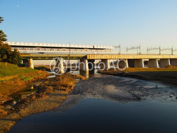夕暮れの多摩川河川敷の写真