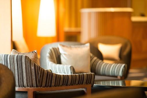 室内 屋内 部屋 リビング ロビー ソファー クッション 布製 上品 高級品 インテリア 装飾品 デザイン 飾り 家具 灯り 照明 寛ぐ 休息 座る 腰掛ける 談話 会話 休む 団欒