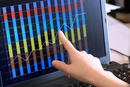 ビジネスマン ビジネス 人物 仕事 女性 手 PC パソコン 会社 オフィス キーボード 画面 指 ネット ビジネスシーン 金融 経済 職場 グラフ 業績 折れ線グラフ 棒グラフ 売上げ 成績 実績