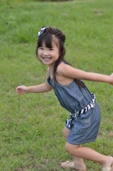 走る 子供 こども 子ども 女の子 日本人 笑顔 楽しい 笑う 追いかけっこ mdfk023