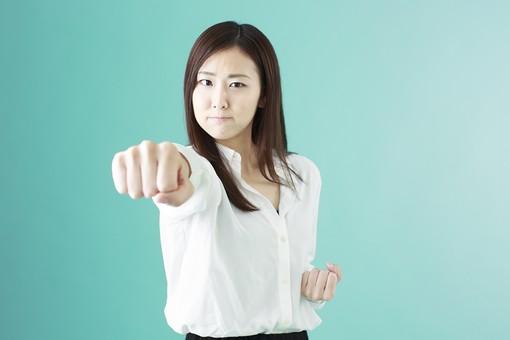人物 日本人 女性 若者 若い 20代 かわいい 清楚 ロングヘア 長髪 ブラウス シャツ 白 屋内 スタジオ撮影 背景 緑 グリーンバック おすすめ ポーズ 表情 上半身 パンチ 拳 こぶし 突き出す 撃退 突き 怒り 応援 mdjf009