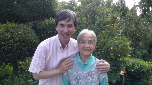 おばあちゃん 祖母 お婆ちゃん 孫 百歳 100歳 百才 100才 介護 老人 喜び 幸福 老後 おばあさん お婆さん 日本人
