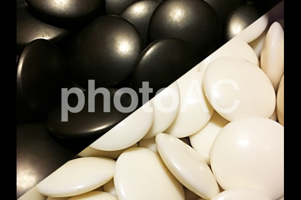 白と黒の碁石の写真