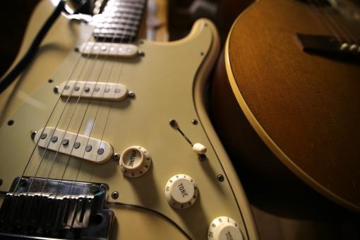 レコーディングスタジオ dtm ミキサー 機材 宅録 録音 収録 放送 音声 マイク アンプ 鍵盤 シンセサイザー ボコーダー 音楽 ギター アコースティックギター 趣味 レコーディング スタジオ かっこいい 手 木目 楽器 演奏 バンド 歌 歌手 ソングライター 詩