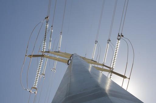 電柱 電気 送電 送電線 導電線 空 お空 ブルースカイ 晴れ 快晴 大空 昼空 蒼穹 見上げる 仰向く 上を向く 仰ぎ見る 木々 青色 青い 青天井 蒼天 柱 ケーブル 電線