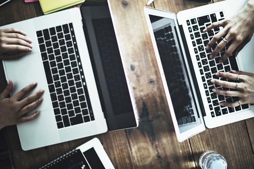 テーブルでノートパソコンを使う手元15の写真
