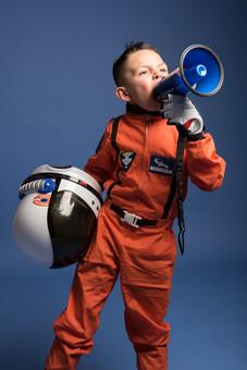 背景 ダーク ネイビー 紺 男の子 男子 男児 男 子ども こども 子供 1人 ひとり 一人  児童 宇宙服 宇宙 服 スペース スペースシャトル 宇宙飛行士 飛行士 オレンジ 希望 夢 将来 未来 体験 職業体験 職業 小道具 小物 ハンドマイク 拡声器 叫ぶ ヘルメット 外国人  mdmk009