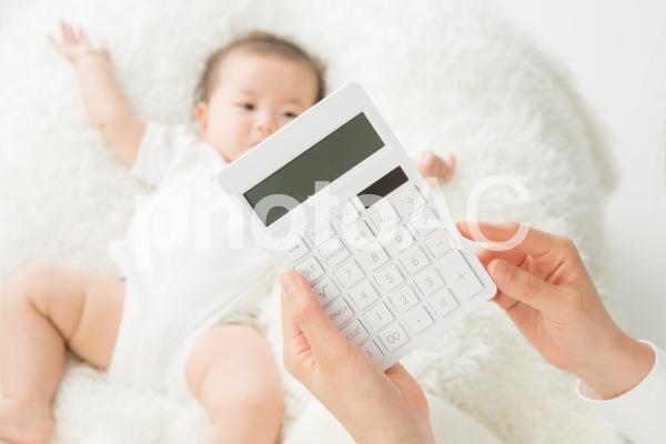 電卓と赤ちゃんの写真