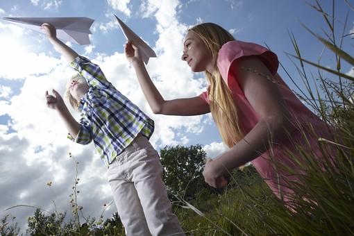 自然 青空 空 雲 青 グラデーション 晴天 天気 晴れ 紙 紙飛行機 飛行機 工作 作る 折る 作品 飛ぶ 飛ばす 投げる 白 人物 外国人 女性 女の人 二人 成人 子供 幼い 男の子 母子 親子 植物 葉 草 雑草 野草 緑 背景 室外 屋外 ジャンプ  mdmk014 mdff036