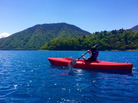 カヤック カヌー 湖 レジャー キャンプ アウトドア 自然 遊び オール 子供 青 水 スポーツ