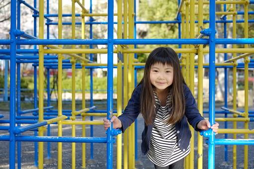 人物 子供 こども 女の子 女児 児童 少女 小学生 学校 校庭 放課後 公園 環境 地域 遊具 ジャングルジム 運動場 遊び場 設備 枠登り わくのぼり 金属 立方体  ポール パイプ 日本人   mdfk021
