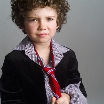 外国人 外人 白人 男性 男 男の子 子供 子ども 幼児 パーマ 天然 幼稚園 小学生 Yシャツ ワイシャツ 青 白 ネクタイ 赤 ファッション お洒落 渋い 持つ 掴む 表情 渋い顔 チェック 柄 mdmk011