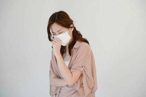 日本人 女性 女 30代 アラサー グレーバック 背景 グレー ポーズ ハーフアップ 髪型 茶髪 ナチュラル 私服 カジュアル ピンク ピンクベージュ マスク 風邪 かぜ インフル インフルエンザ 病気 咳 せき 花粉症 辛い しんどい mdjf013