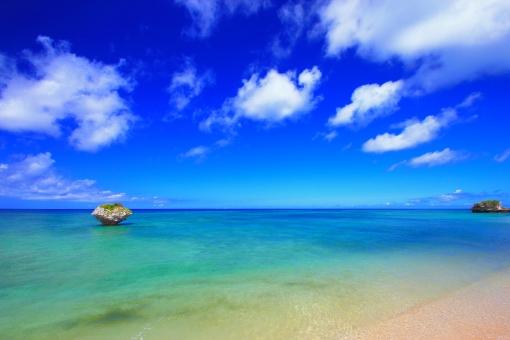 沖縄 おきなわ オキナワ ビーチ Beach 砂浜 岩 青空 海 雲 水面 水平線 青,青色,水色,ブルー,Blue 白,白色,白い雲,ホワイト,White 清々しい エメラルドグリーン 海水浴 観光 観光地 旅 浅瀬 長期休暇,夏休み,春休み 真夏 背景素材 自然素材 癒し スカッとする 離島 自然な環境 コピースペース