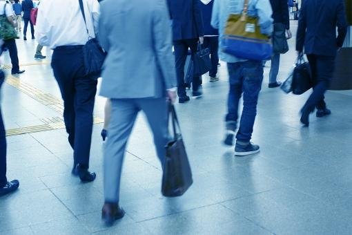 ビジネス 通勤 ラッシュ 通勤ラッシュ ビジネスマン 人 男性 混雑 人ごみ 人混み ラッシュアワー 駅 ターミナル 仕事 会社 勤務 出勤 スーツ 背広 満員電車 乗客