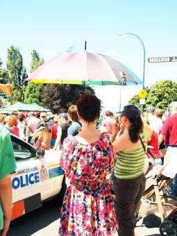 pride day  parade 傘 七色 虹色 パトカー パレード プライド LGBT レズ ゲイ バイセクシャル トランスジェンダー パラソル rainbow レインボー カラー カナダ バンクーバー canada vancouver ワーキングホリデー
