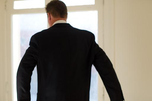 ビジネス 仕事 ワーク 労働 人物 男性 外国人 アメリカ人 ビジネスマン サラリーマン 会社員 ジャケット スーツ ジャケットを羽織る 後姿 朝 スタート 始まり 開始 出発 出勤 身支度 準備 室内 窓 日差し 毎朝 毎日 日常 生活 mdjms008