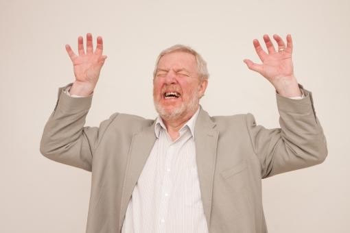 シニア 外国人 正面 ひげ 髭 上半身 髭面 白髪 シャツ 一人 初老 白背景 アップ 両手 上げる 立つ 室内 嘆く 目を瞑る 叫ぶ 泣き叫ぶ わめく オーマイゴット 悲しむ 悲嘆 大声 悲鳴 絶叫 なんてこった 後悔 ジャケット グレー 表情 リアクション 男性 mdjms002