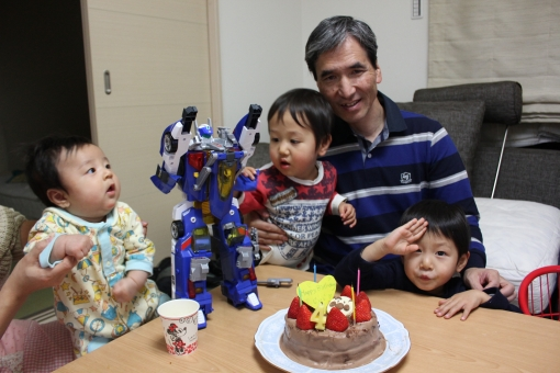 おじいちゃん お爺ちゃん 孫 まご 子供 幼児 親族 家族 赤ちゃん あかちゃん おもちゃ 玩具 ケーキ 誕生日 バースデー