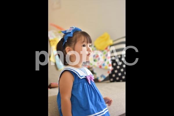 真剣な眼差しの子供の写真