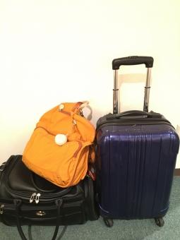 旅 荷物 キャスター付き リュックサック オレンジ ボストンバッグ キャリーケース スーツケース 紺色 ネイビー 黒 ブラック 3個 TSAロック 手持ち荷物 機内持ち込み 楽しい ワクワク バックパッカー 飛行機 列車 自動車 交通手段 白バック コピースペース