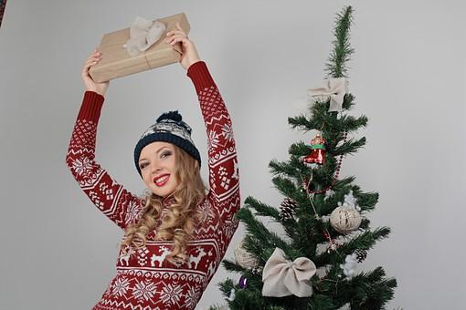 白バック 白背景 グレーバック 外国人 白人 金髪 ブロンド 20代 30代 女性 セーター ニット ノルディック柄 スカート クリスマス Christmas X'mas クリスマスツリー ツリー モミ もみの木 樅の木 モミの木 飾り オーナメント ボール リボン ブーツ 松ぼっくり 立つ プレゼント 箱 ボックス 贈り物 BOX 持つ カメラ目線 笑顔 スマイル 笑う 微笑む ニット帽 帽子 キャップ ニットキャップ 上半身mdff129