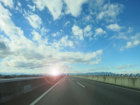 高速 道路 群馬 北関東自動車道 空 雲 オーヴ オーブ 逆光 輪 光 車線 車 山 15