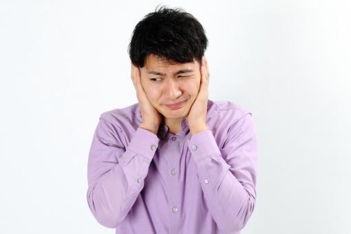 人物 生物 人間 男性 若い 青年 アジア アジア人 日本 日本人 ポーズ モデル カジュアル ラフ バストアップ 上半身 ボディランゲージ 示す 伝える 意志 コミュニケーション 手 ハンドサイン  考える 悩む 心配 耳 ふさぐ うるさい mdjm002