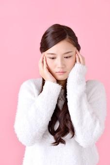 人物 女性 日本人 若者 若い  20代 美人 かわいい ロングヘア カジュアル  ラフ 私服 セーター ニット 屋内  スタジオ撮影 背景 ピンク ピンクバック ポーズ  おすすめ 上半身 悩む 考える 困る 困惑 迷う 俯く 憂鬱 mdjf007