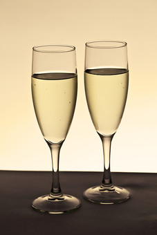 グラス 食器 ガラス ガラス製品 キッチン 器 テーブルウエアー ワイングラス 足つきグラス 水 コップ 飲水  透明 透明感  テクスチャ テクスチャー 背景 背景素材 イメージ ドリンク 注ぐ 日用品 無人 室内 空のグラス シャンパングラス ワイン 白ワイン シャンパン パーティー