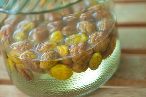食べ物 飲み物 静物 スケッチ 練習 梅干 梅 実 木の実 すっぱい 酸味 黄色 茶色 しわ 梅酒 漬ける ビン 浮かぶ たくさん お酒 酒 熟成 漬けおき おいしい 酸性