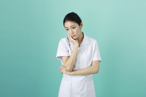 人物 女性 日本人 20代 30代   仕事 職業 医療 病院 看護師  ナース 医者 医師 女医 薬剤師  白衣 看護 屋内 スタジオ撮影 背景  グリーンバック おすすめ ポーズ 上半身 考え事 考える 頬杖 悩む ぼんやり mdjf010