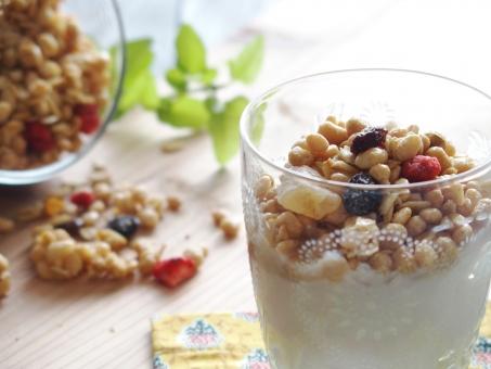 フルーツグラノーラ ヨーグルト ダイエット 美容 健康 健康食品 朝食 食べ物 スイーツ おやつ デザート シリアル ドライフルーツ イチゴ レーズン 玄米 麦 穀物