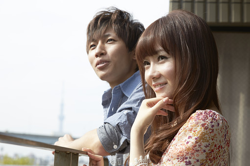 人物 カップル 恋人 若者 20代 夫婦 ファミリー 新婚 男性 女性 二人 楽しむ 語り合う おしゃべり 相談 仲良し 一緒 笑顔 外を眺める 景色 スカイツリー ベランダ 日差し 休日 休暇 若い 日本人 mdjm022 mdjf040