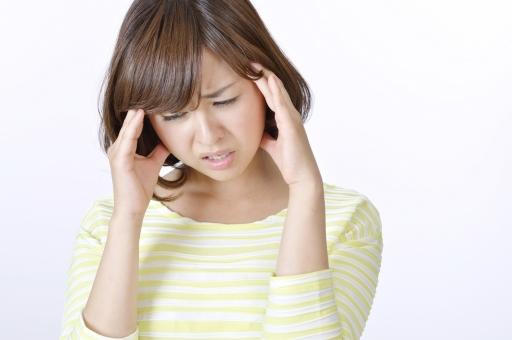 人物 女性 女の子 若い 若者   20代 日本人 屋内 スタジオ撮影 白バック   白背景 ジェスチャー 仕草 かわいい 可愛い ポーズ 表情 痛い 痛み 頭痛 頭 悩み 悩む 憂鬱 しかめる 病気 上半身  健康 mdjf003