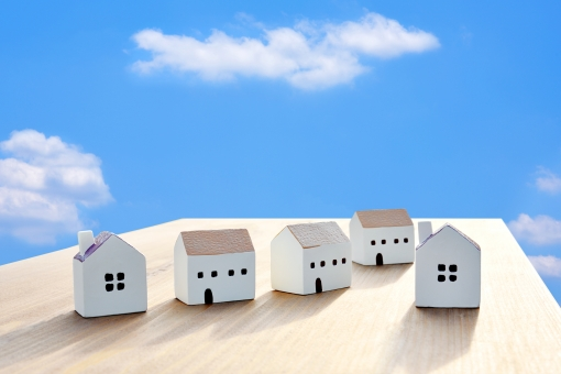 青空と住宅 の写真