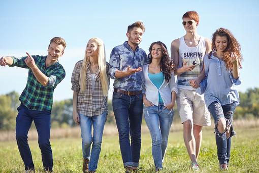 人物 外国人 モデル 男性 女性  男女 複数 グループ 仲間 友達  20代 若者たち 大学生 屋外 野外  草原 青空 ファッション カジュアル 一列 並ぶ 歩く 前進 進む 笑顔 楽しい 和やか 和気あいあい 仲良し 全身   爽やか 青春  mdff025 mdff026 mdff027 mdfm007 mdfm008 mdfm009
