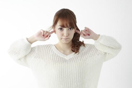 人物 女性 日本人 若い 20代   セーター ニット カジュアル モデル かわいい   キュート ポーズ おすすめ 屋内 白バック   白背景 上半身 仕草 ジェスチャー 耳を塞ぐ うるさい 雑音 騒音 シャットアウト 聞かない うざい 正面 mdjf005