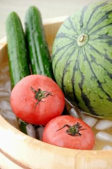 すいか スイカ 西瓜 きゅうり トマト 夏 真夏 日本 和 冷やす 氷 水 桶 畳 夏休み 風物詩 氷水 涼しい 納涼 涼 さわやか 爽快