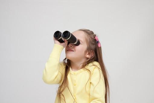 人物 こども 子供 女の子 少女  外国人 外人 キッズモデル あどけない かわいい   屋内 スタジオ撮影 白バック 白背景 長髪  ロングヘア ポートレイト ポートレート ポーズ 双眼鏡 覗く 覗きこむ 上 見上げる 発見 観察 上半身 mdfk016