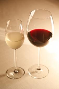 飲み物 飲料 アルコール ドリンク 酒 洋酒 ワイン 赤ワイン 白ワイン 果実酒 ブドウ酒 発酵 醸造 テイスティング グラス ワイングラス ガラス コップ 透明 液体 室内 屋内 無人 テーブル アップ 接写