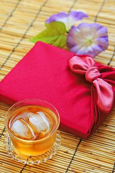 夏 夏のギフト サマーギフト お中元 贈り物 プレゼント 包み 包む 和風 季節 風呂敷 挨拶 礼儀 習慣 行事 風習 日本 贈答 贈る あさがお 麦茶 お茶 グラス 氷 すだれ