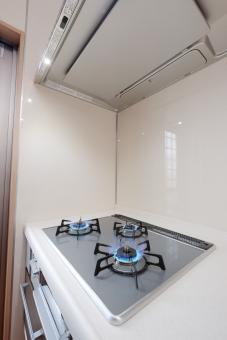 キッチン 住宅 コンロ 厨房 住居 住まい 新築 新居 ガスコンロ リフォーム ガラストップ システムキッチン 火 点火 換気扇 換気