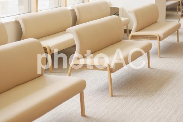 待合ロビーの長椅子の写真