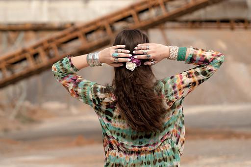 外国人 女性 モデル ファッション ポーズ レディース ボヘミアン 茶髪 ロングヘアー カーディガン ロングカーディガン カラフル アースカラー タイダイ染め バングル 重ねづけ アンティーク 指輪 カジュアル 夏 頭を抱える ネイル マニュキュア ターコイズ 後ろ姿 ヘアアクセサリー ヘアゴム 髪留め 花 mdff086