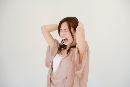 日本人 女性 女 30代 アラサー グレーバック 背景 グレー ポーズ ハーフアップ 髪型 茶髪 ナチュラル 私服 カジュアル ピンク ピンクベージュ 発狂 頭 頭痛 痛い 痛む 苦痛 ストレス 発散 ストレス発散 押さえる 抱える 叫ぶ 横向き mdjf013