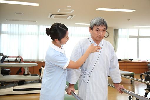 介護 病院 医院 医療 患者 男性 男 ヘルパー リハビリ 歩行訓練 介護施設 トレーニング 器具 歩行障害 障害 後期高齢者 白髪 ヘルパー 介護福祉士 日本人  トレーナー セラピスト  mdjf034    mdjm013