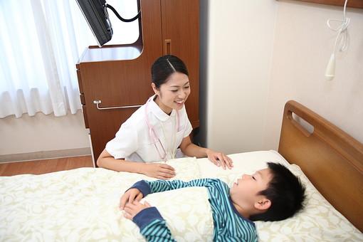 白衣 病院 医院 医療 ナース 看護師 患者 子供 入院 病室 男の子 若い 小児科 福祉 介護 ベッド 寝る 複数 2人 小学生 ナースコール 笑顔 話す 会話 励ます 元気づける 治療 療養  日本人 mdmk003 mdjf034
