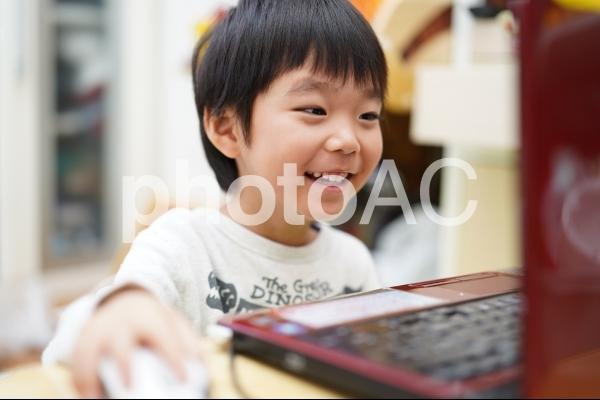パソコンでオンライン授業を受講する子ども生徒の写真