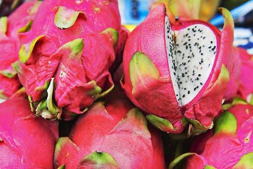 食べ物 食品 おいしい おいしそう ナチュラル 自然 栄養 健康 食材 材料 素材 シンプル 赤い フレッシュ 新鮮 果物 フルーツ ドラゴンフルーツ 外国 海外 珍しい タイ アジア 市場 ピタヤ 旅行 文化